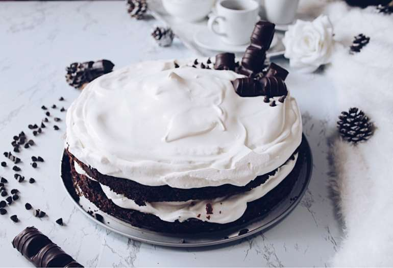 Chocolate fudge cake farcita con panna